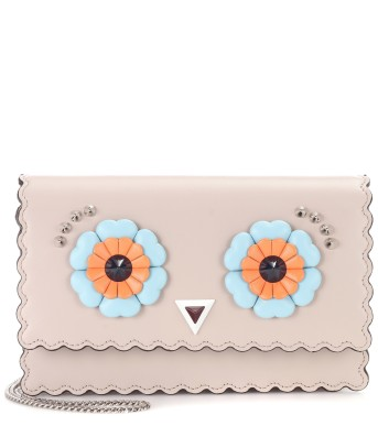 https://www.mytheresa.com/de-de/000297-wallet-on-chain-embellished-leather-shoulder-bag-795715.html?catref=category#&gid=1&pid=1
